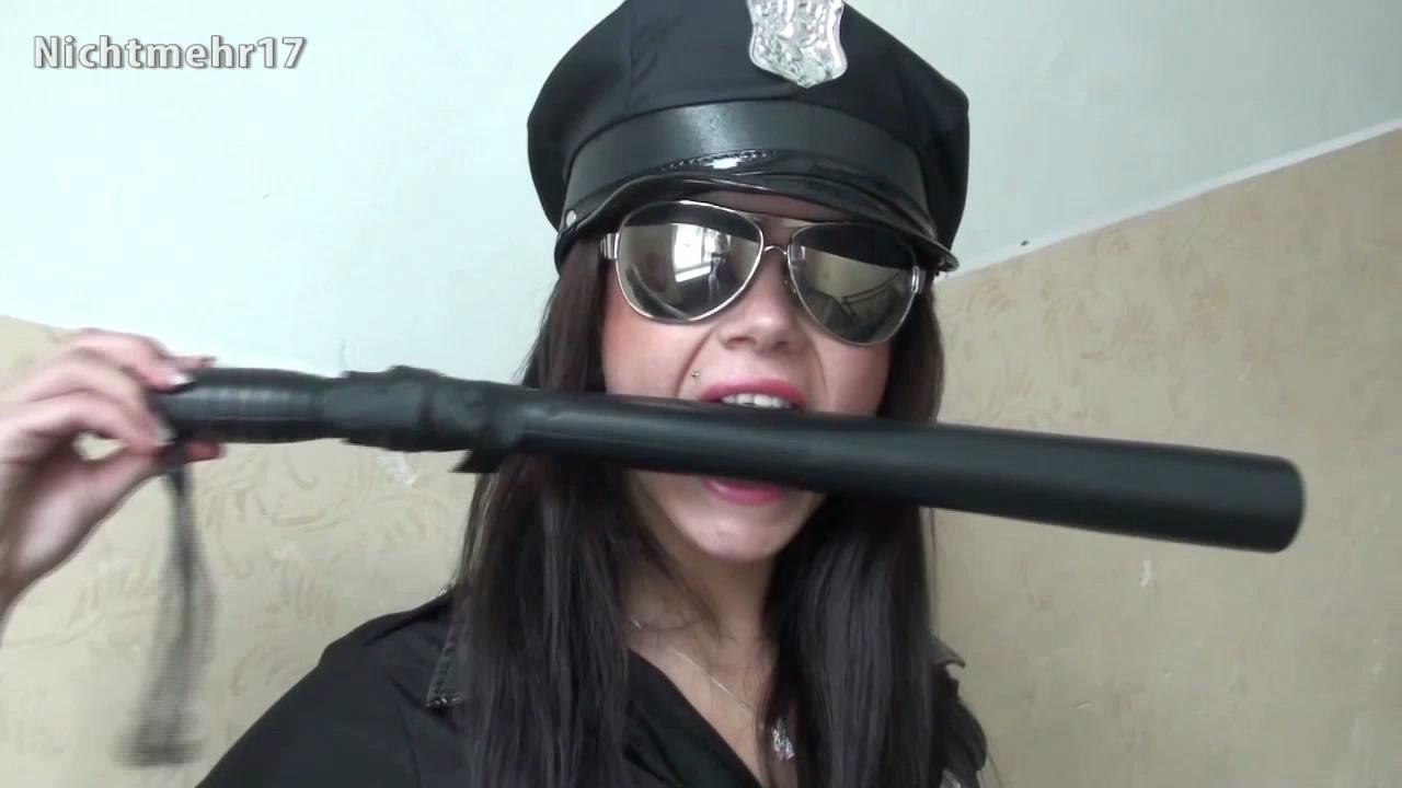 Vorschaubild vom Porno mit dem Titel: Als Polizistin muss ich einen unbezahlten Strafzettel eintreiben