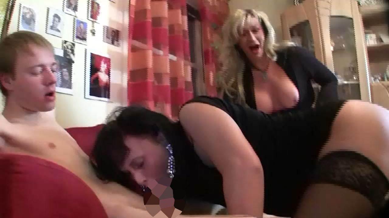 Zum ersten Mal einen Dildo im Arsch